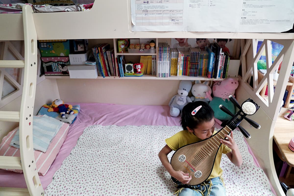 8-vuotias Qiqi soittaa harvinaista perinnesoitinta liuqinia. Hänen äitinsä toivoo, että se auttaa häntä pääsemään hyvään kouluun.