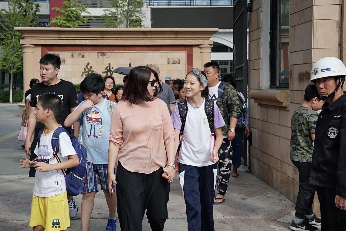 Pekingissä on tapana hakea lapset koulusta. Tänään hakee Wanwanin hakee hänen äitinsä Lu Xiang.