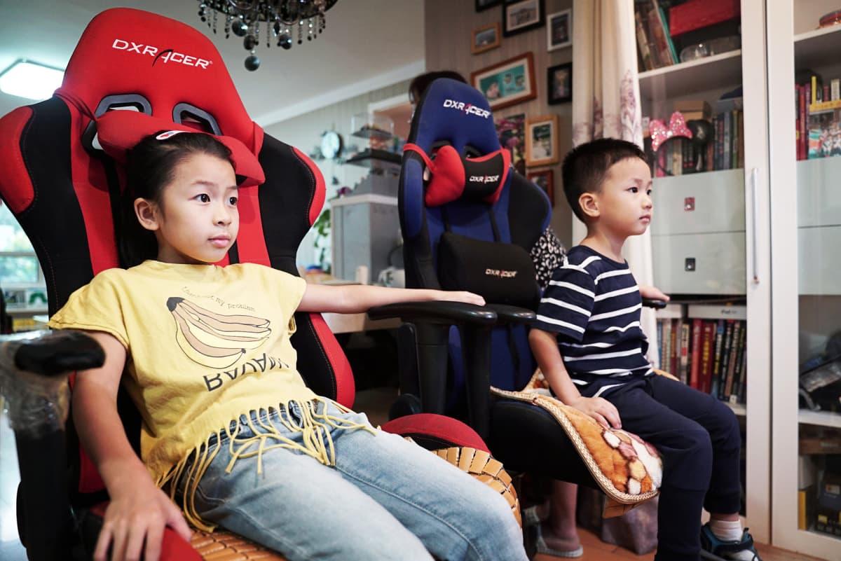Qiqi ja Xiangxiang katsovat ruokaa odotteassa televisiosta lastenohjelmia. Äiti uskoo, että sisarukset voivat oppia toisiltaan paljon.