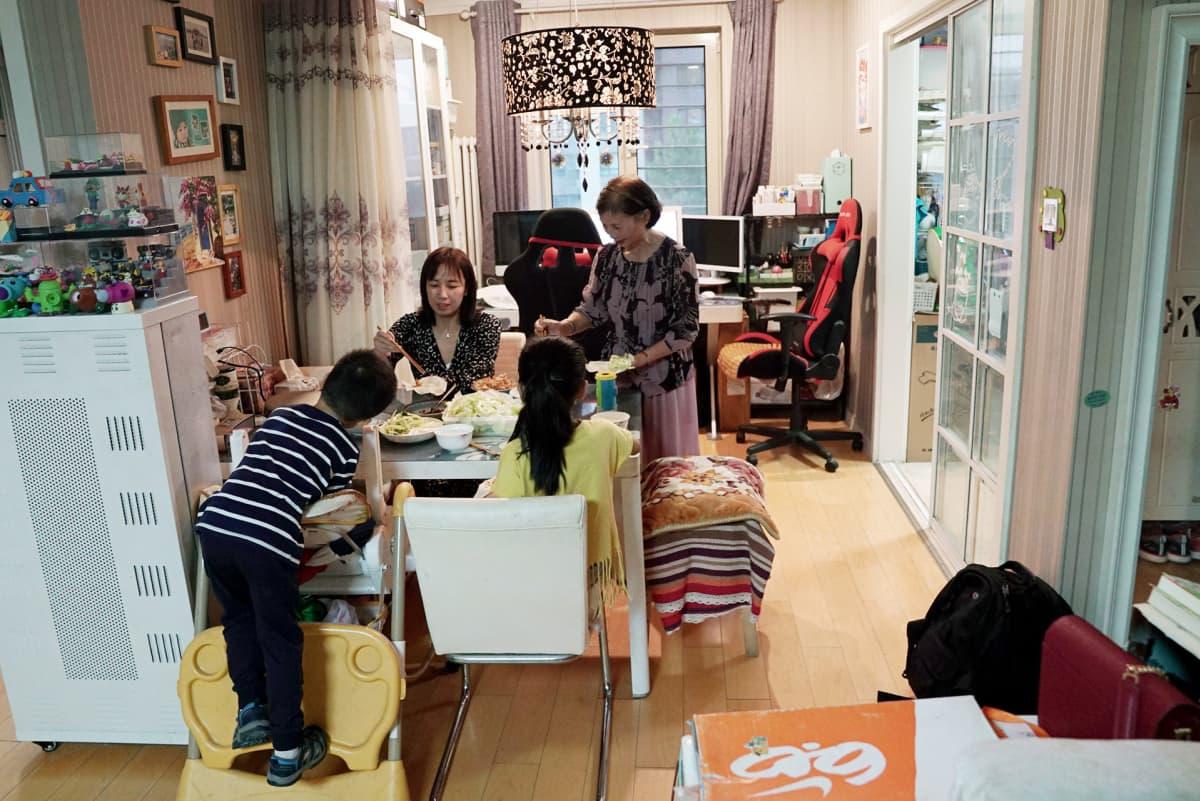 Xia Huin anoppi on perheen apuna. Mies ehtii töistä kotiin vasta kahdeksan jälkeen, koska matka on pitkä.