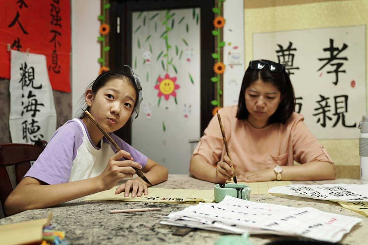 Lu Xiang käy Wanwanin kanssa kalligrafiatunnilla. Sen jälkeen Wanwanilla on vielä tanssitunti.