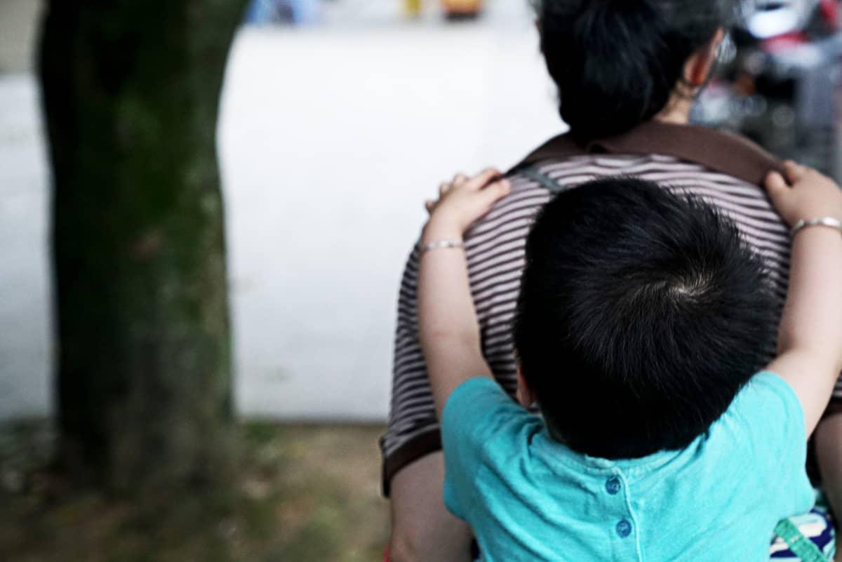 Liaon aikuinen lapsi kuoli, ja nyt hän hoitaa 2-vuotiasta kasvattitytärtään yksin. Moni pitää viisikymppistä äitiä outona, Liao sanoo.