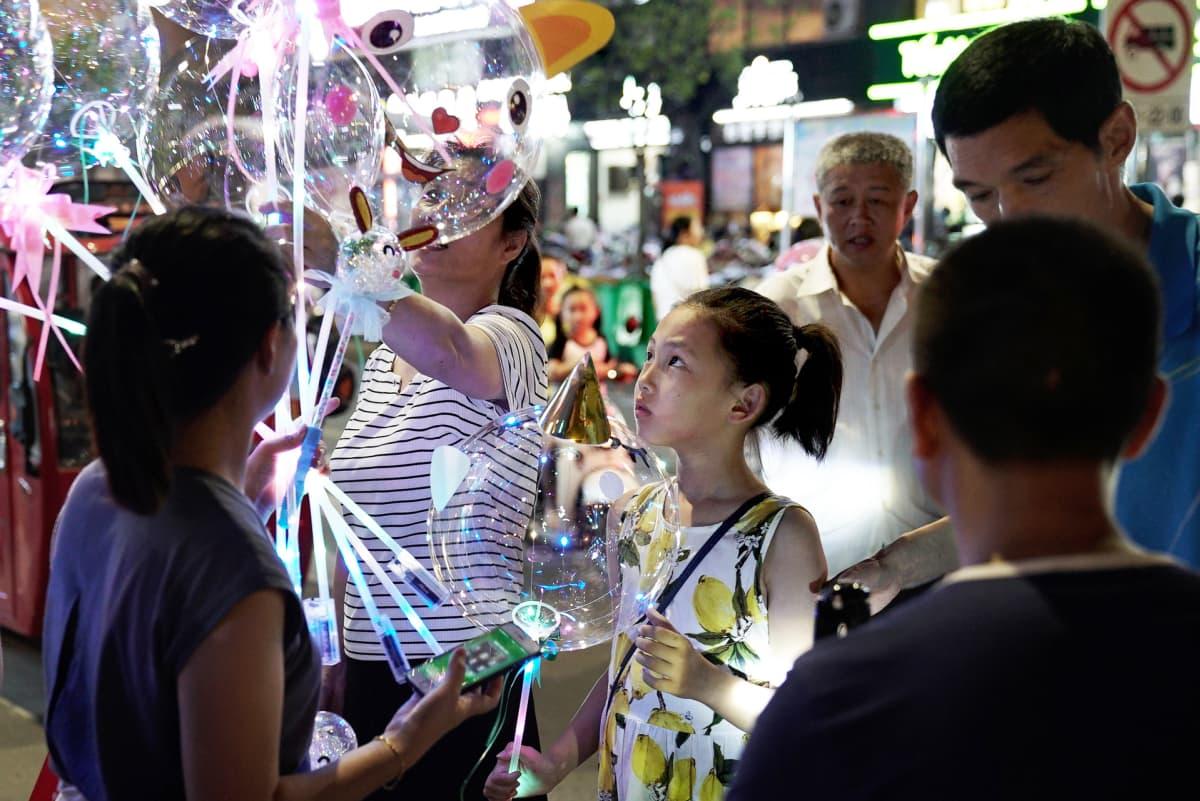 Zhang Debinin tytär on nyt 9-vuotias. Hän tuli perheeseen vain kahden päivän ikäisenä.