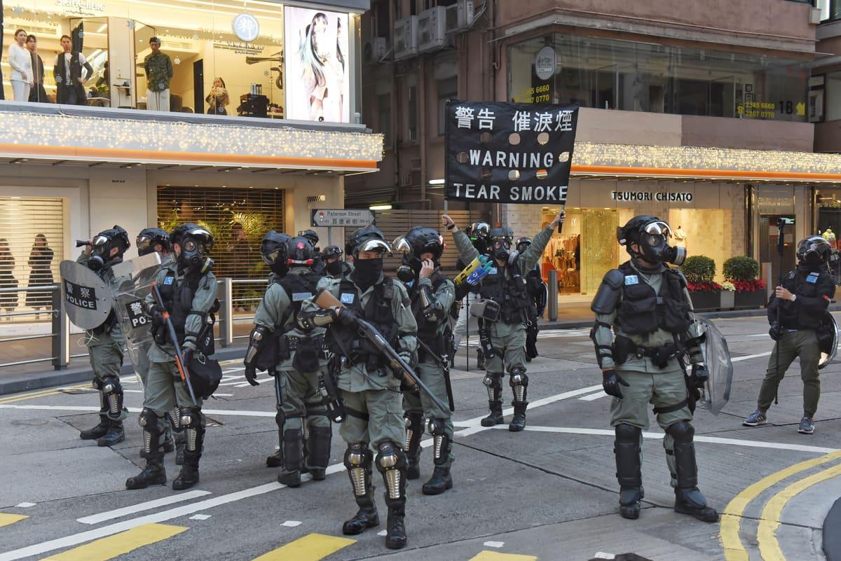 Mellakkapoliiseja Hongkongin keskustassa sunnuntaina 8. joulukuuta 2019.