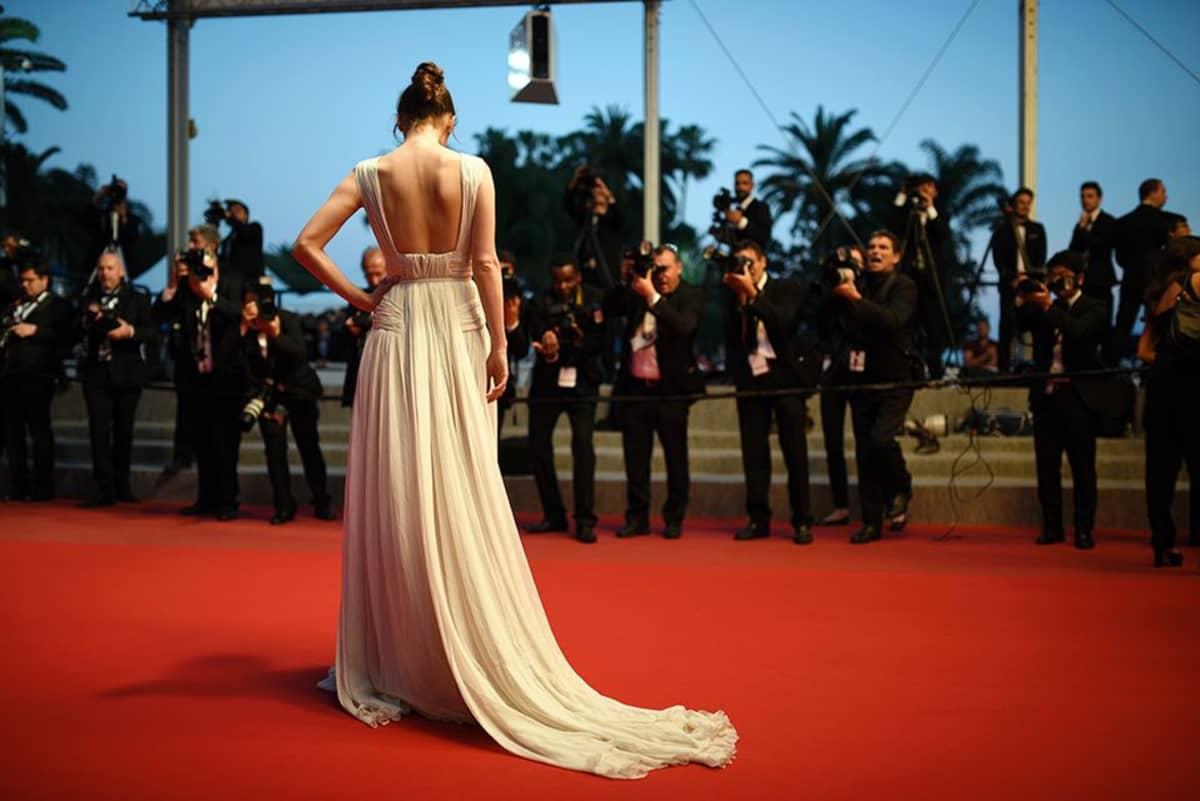 Cannes'in elokuvajuhlien pukukoodi on miehillä smokki ja solmuke, naisilla iltapuku.