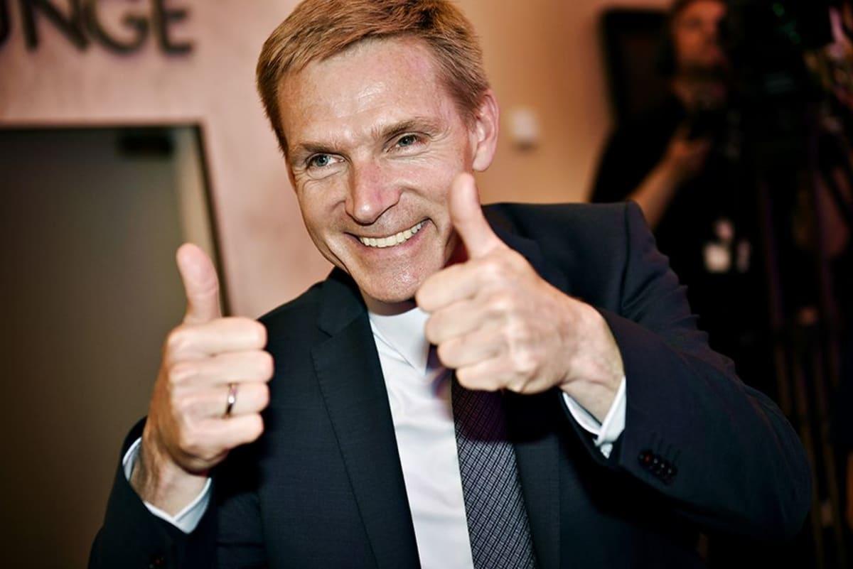 Tanskan kansanpuolueen puoluejohtaja Kristian Thulesen Dahl tuulettaa vaalitulosta.