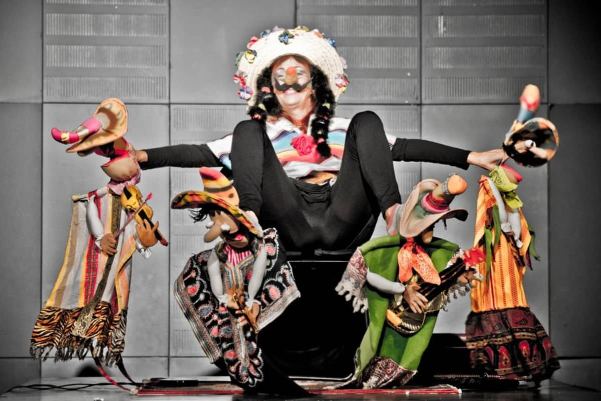 Italialainen Multitaiteilija Laura Kibel kuuluu festivaaliin kovatasoisisimpiin tekijöihin. Hän esittää hahmoja koko kehollaan.