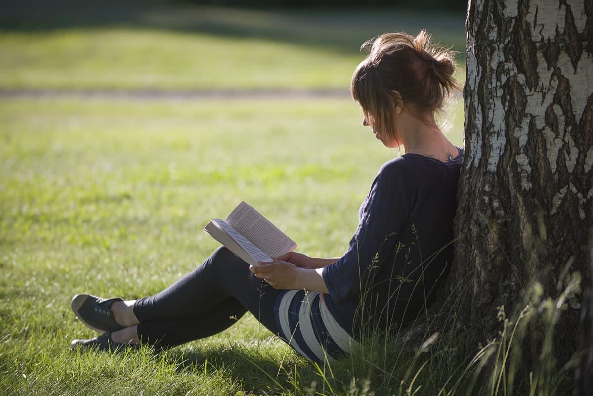 Kirjaa lukeva nainen.