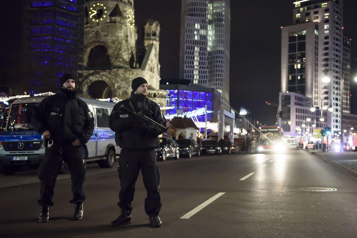 Poliiseja partioimassa Berliinissä 19. joulukuuta.