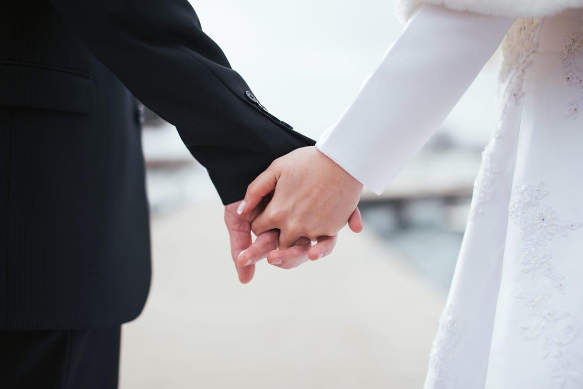 aviopari käsi kädessä