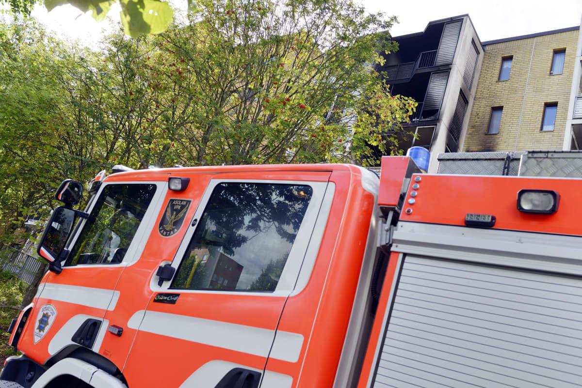 Kerroastaloasunto tuhoutui tulipalossa Norkkokujalla Vantaan Koivukylässä 1. syyskuuta