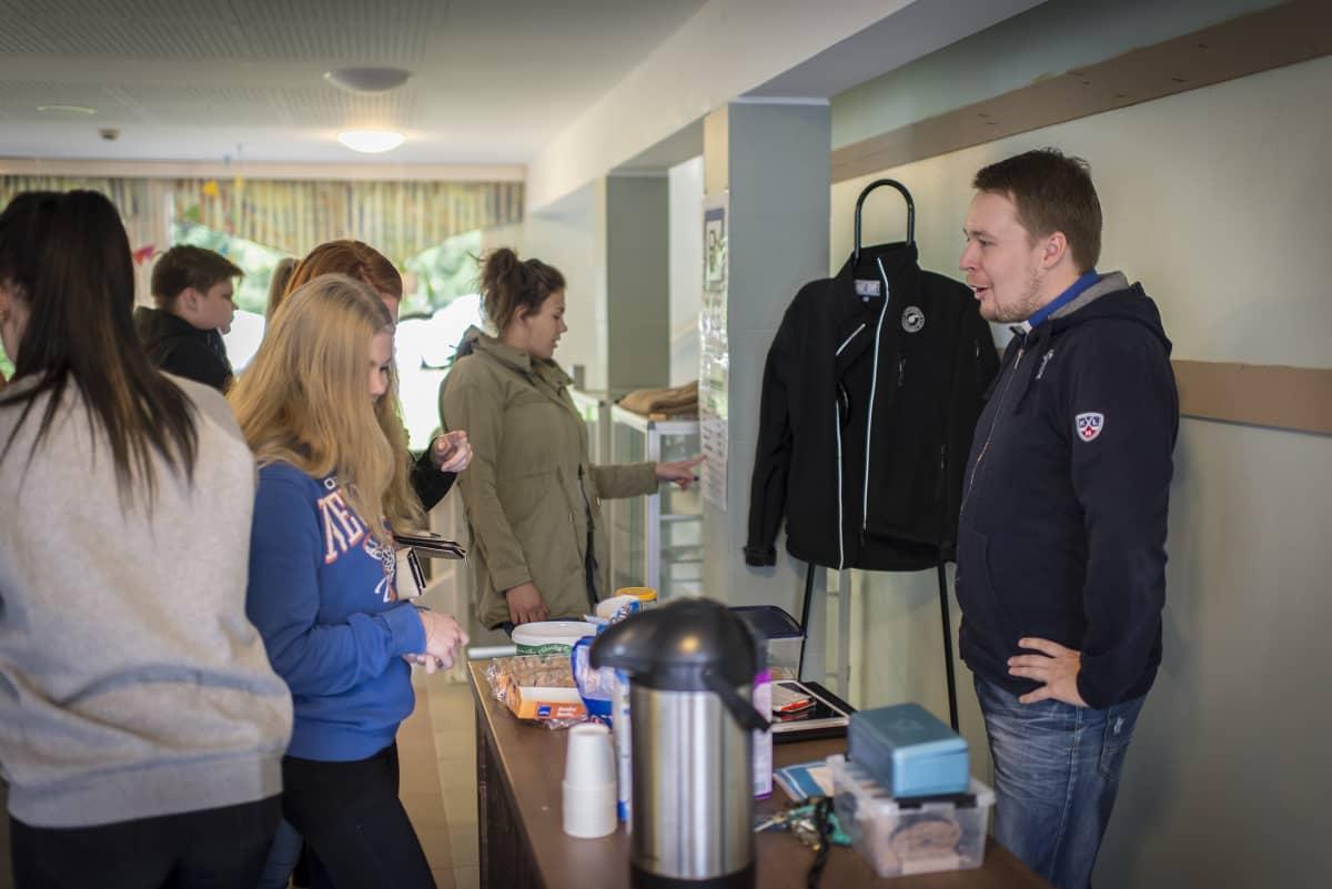 """""""Janin kahvilassa"""" Kuusiston koulussa Toholammilla juodaan kahvia ja vaihdetaan kuulumisia."""