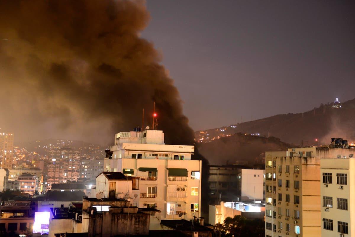 Badim-sairaalan tuhoistasta tulipalosta levisi ympäristöön sankkaa savua Rio de Janeirossa torstai-iltana.