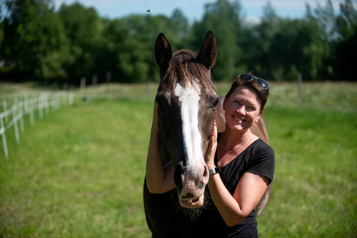 Laulaja Mari Palo ja Pedro-hevonen Vihdin Nummelassa 17.6.2020