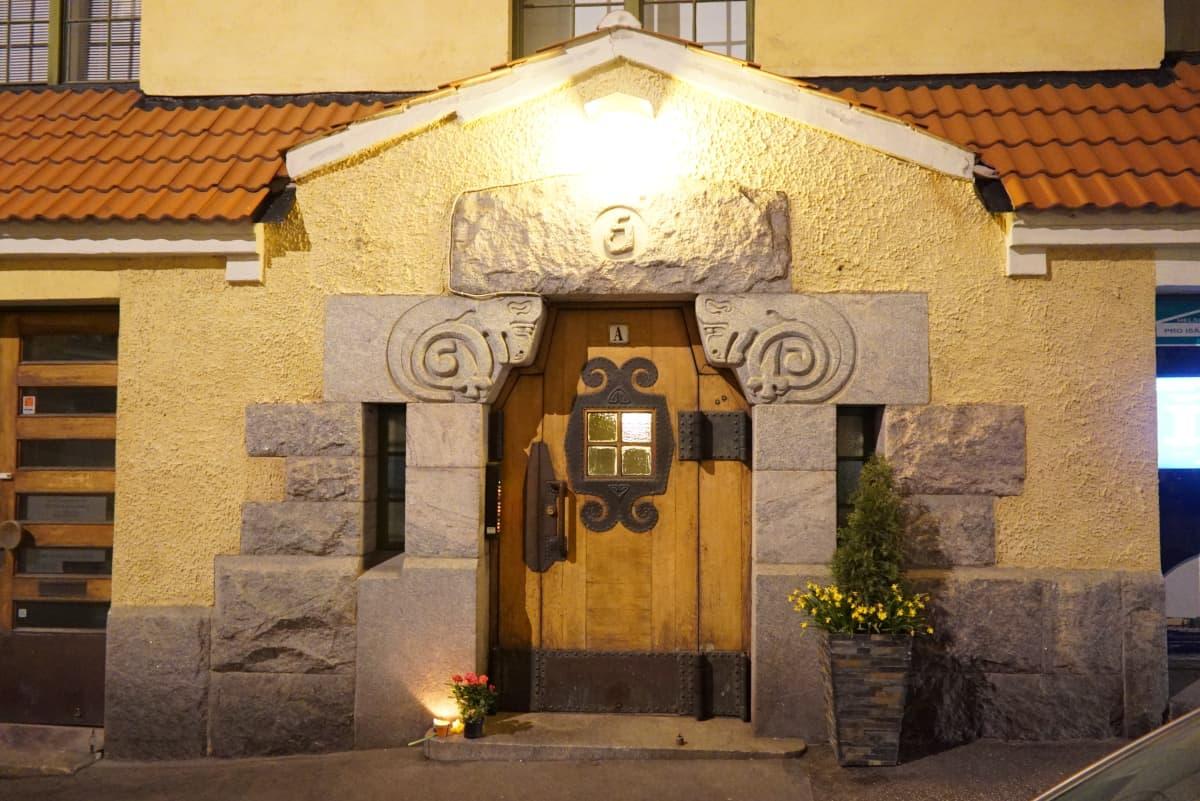 Kynttilä oven edessä