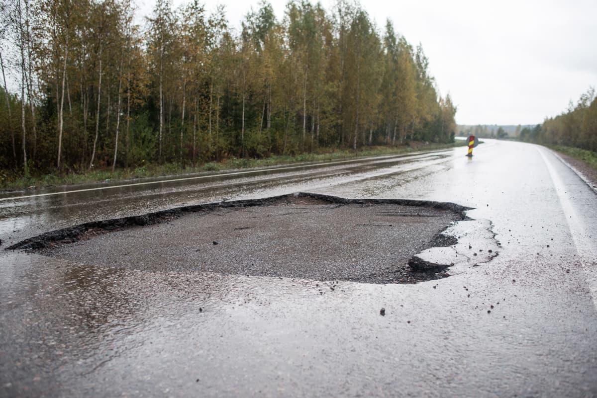 Anjalantietä korjattiin syksyllä 2015.