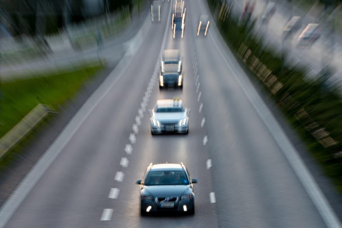 Liikennettä Länsiväylällä Lauttasaaren kohdalla.