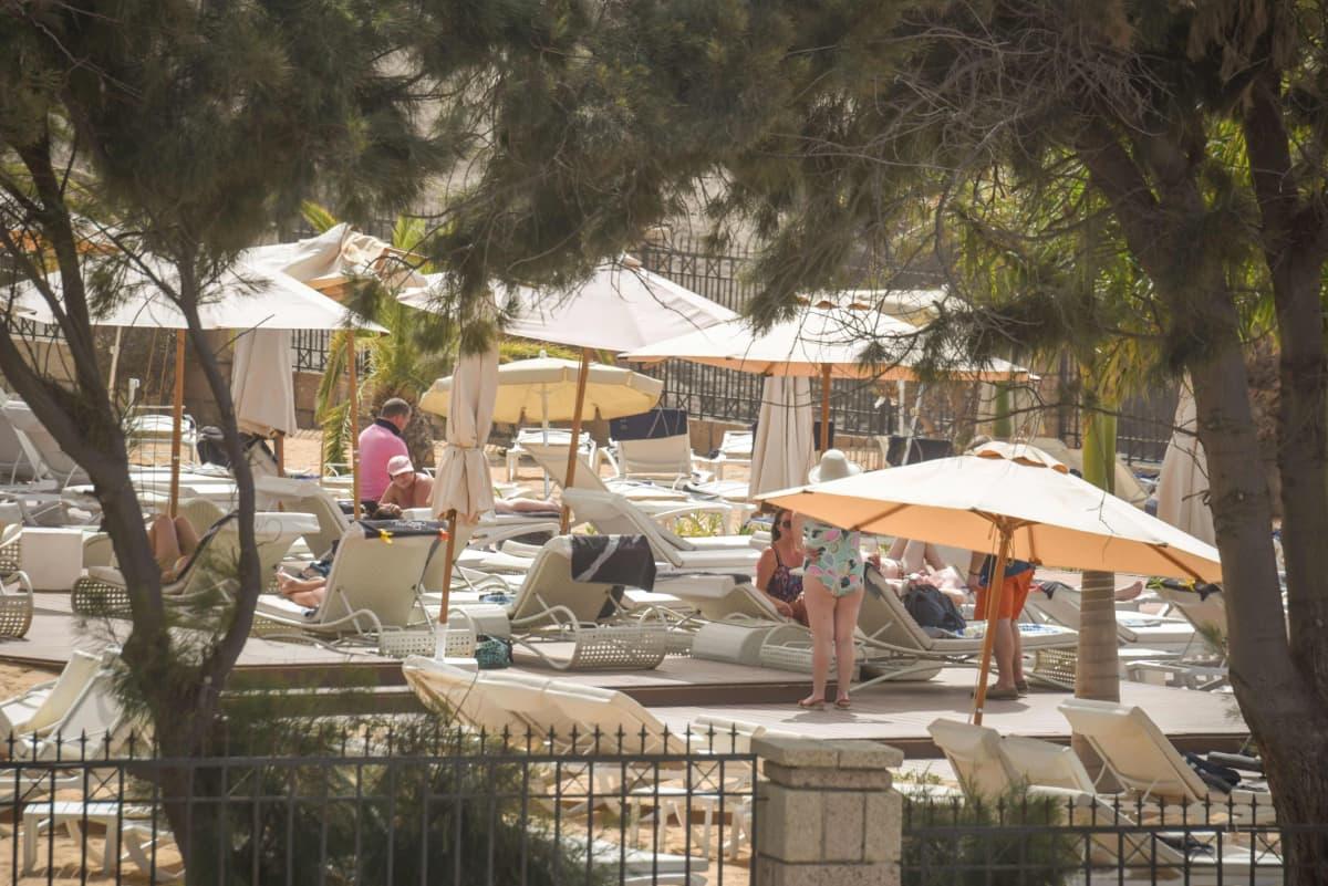 En del av gästerna på det drabbade hotellet på Teneriffa vågade sig ut till hotellbassängen också på tisdagen.