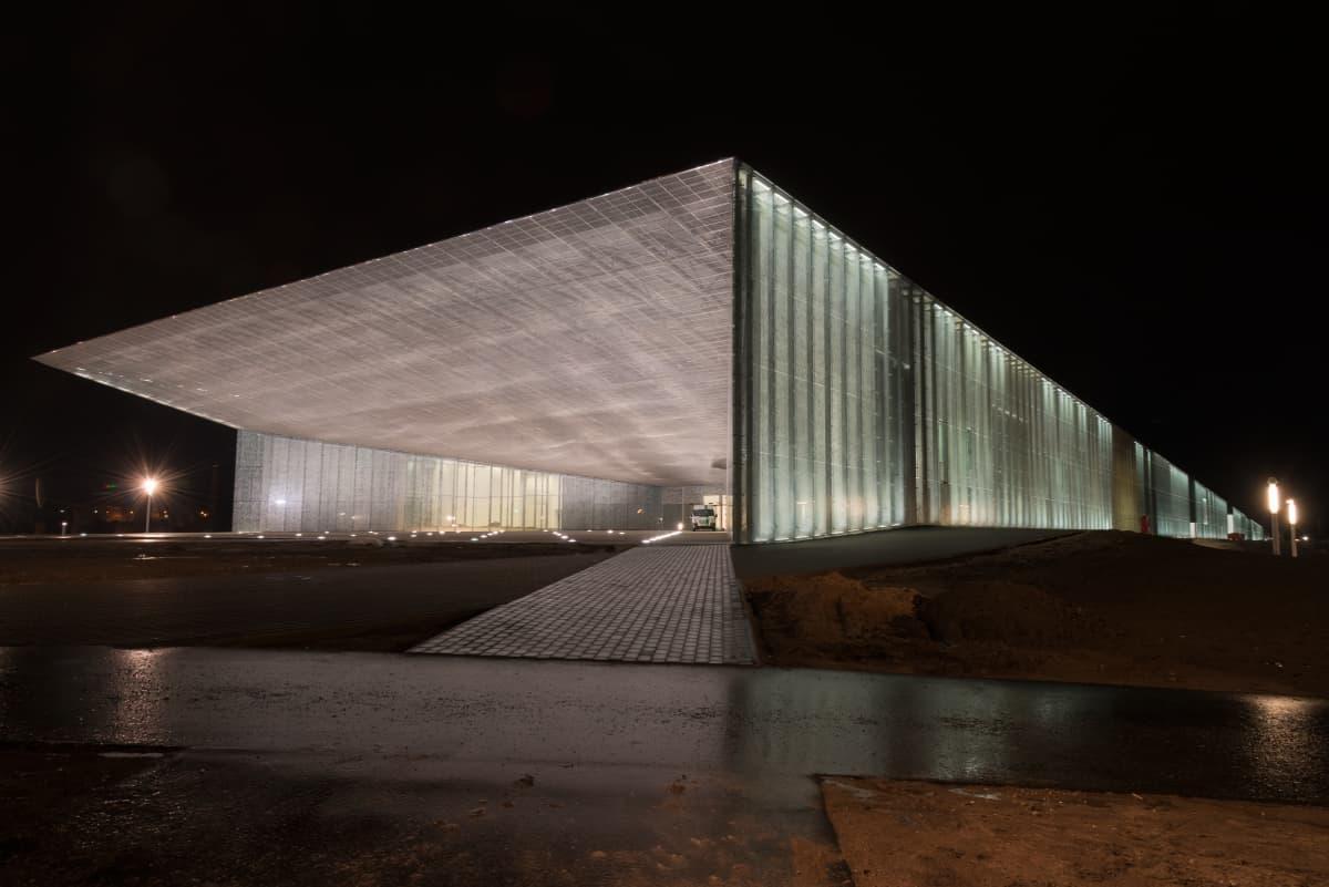 Kansallismuseo iltavalaistuksessa.