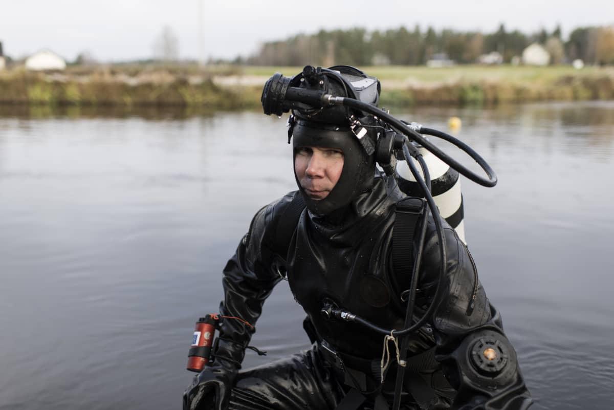 Jukka Pakkala sukelluspuvussa Ähtävänjoessa.