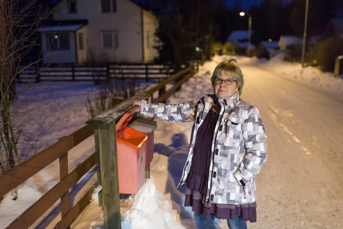 Raija Junttila postilaatikollaan.