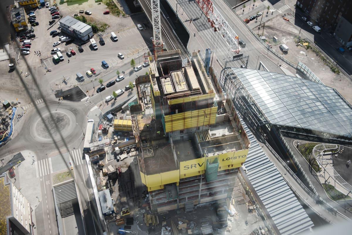 Rakenteilla oleva Kalasataman tornitalo Loisto kuvattuna yläpuolelta.