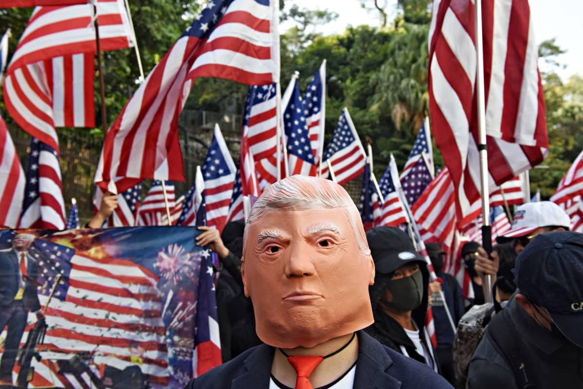 mielenosoituskulkue marssi Yhdysvaltain konsulaatin eteen kiittämään presidentti Donald Trumpia lakimuutoksesta, jolla tuetaan Hongkongin mielenosoittajia 1. joulukuuta 2019.