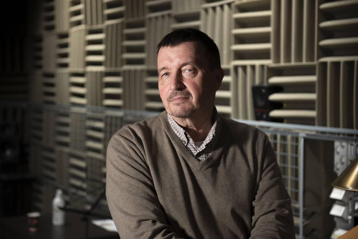 Tuottaja Pekka ruohoranta äänitysstudiossa.