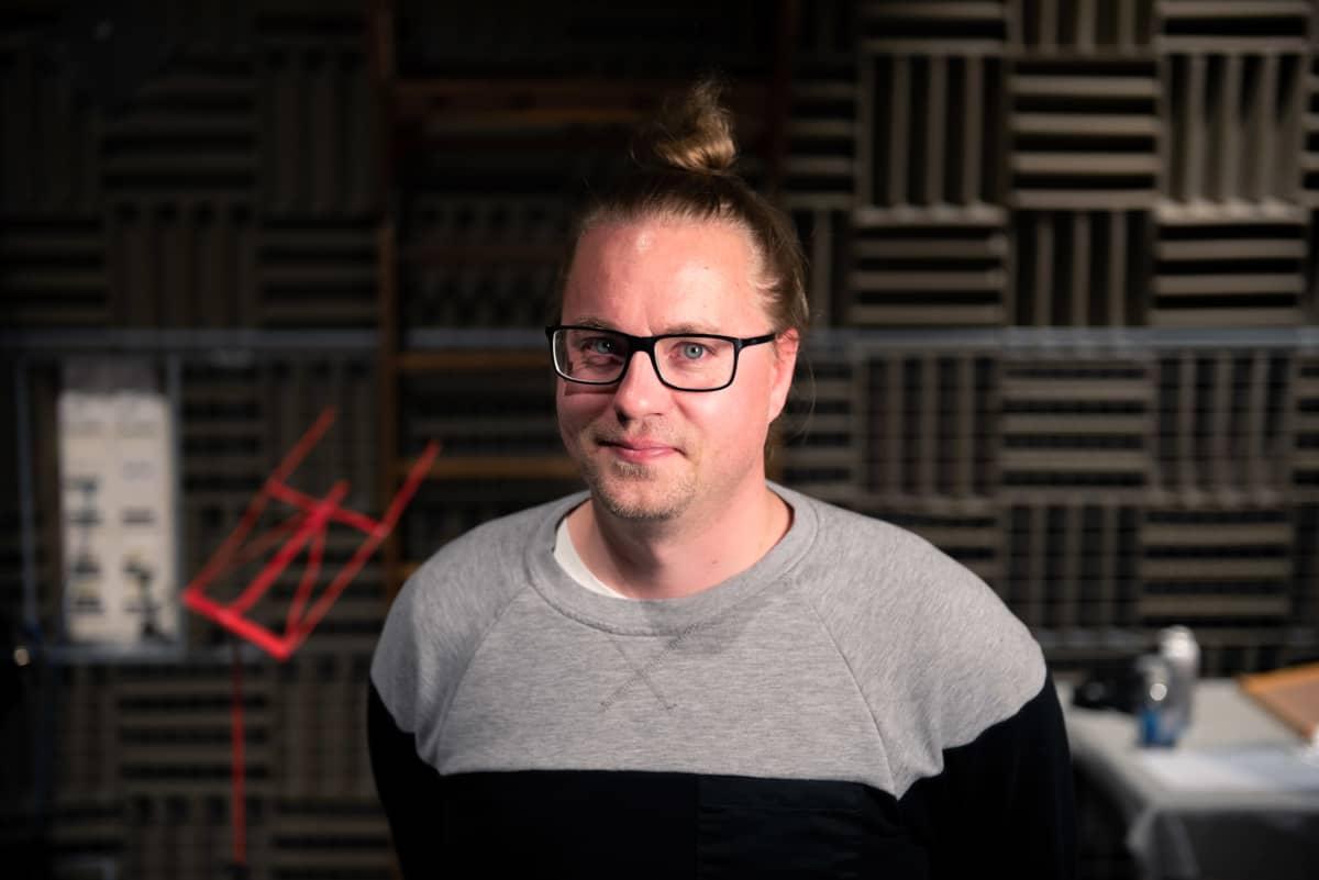 Ohjaaja Jarno Kuosa äänitysstudiossa.