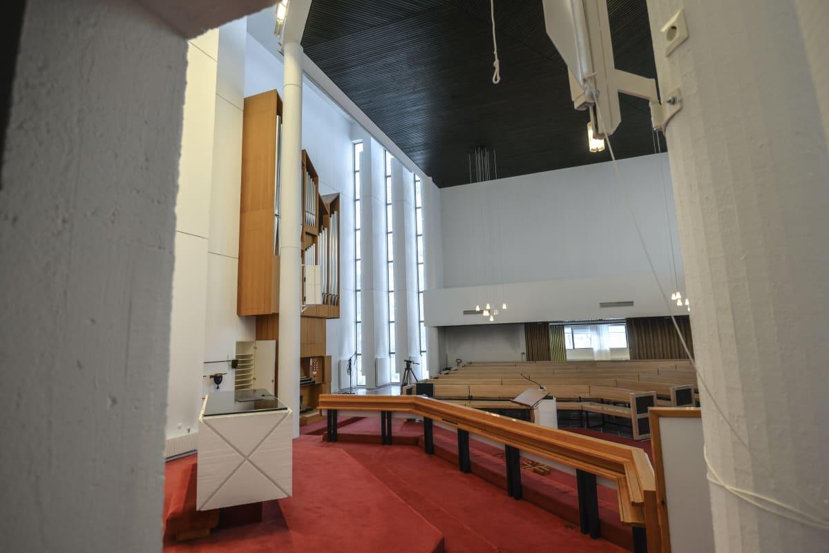 Hallsilan käytöstä poisettu suuri kirkko sali ja urut