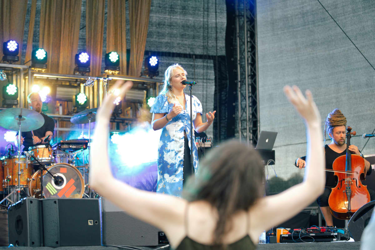 Laulaja-lauluntekijä Yona esiintyy Allas Sea Poolin konsertissa