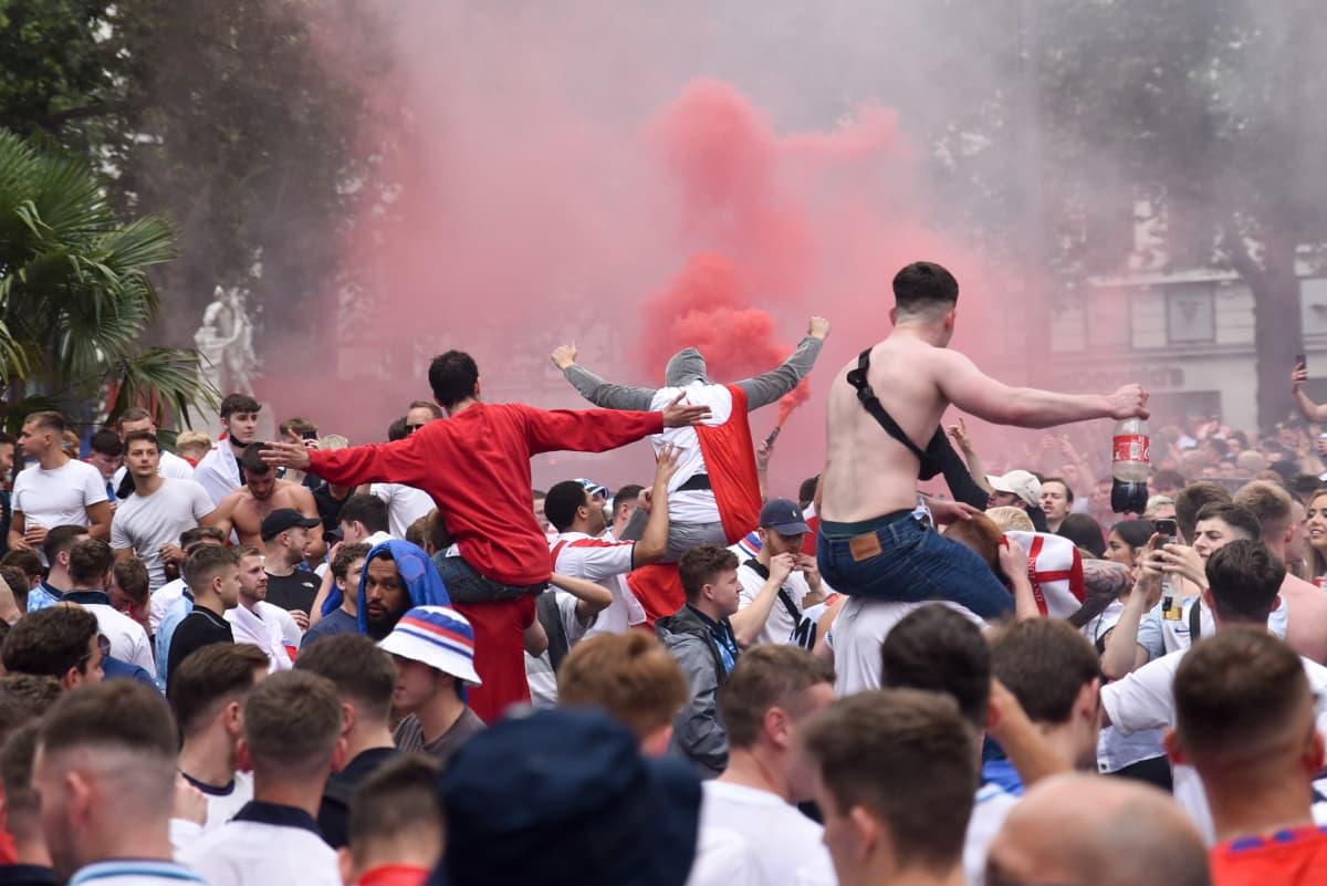 Englantilaisia jalkapallokannattajia juhlimassa kadulla EM-finaalipäivänä.