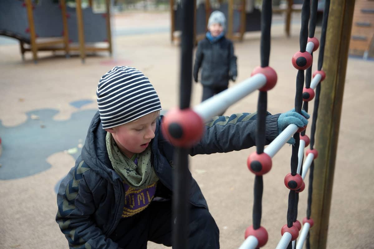 Lapsi leikkii kiipeilytelineessä Oslossa.