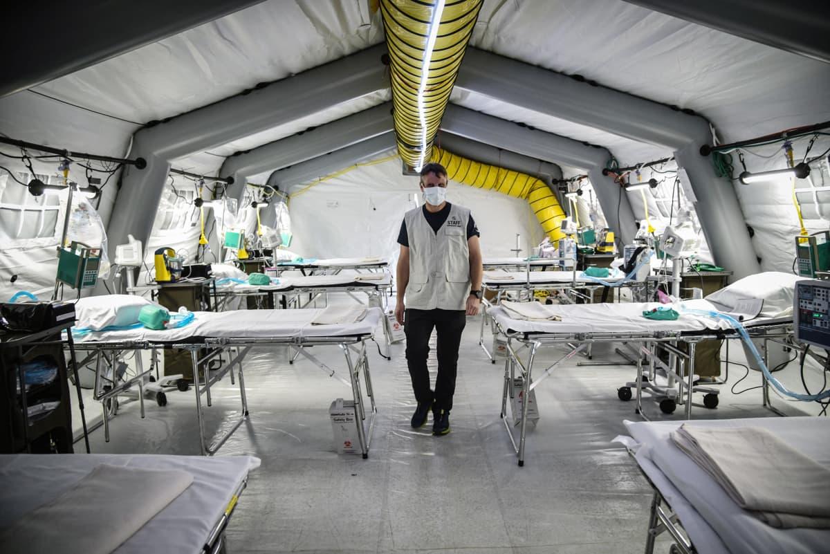 Cremonassa, Italiassa amerikkalainen kansalaisjärjestö pystytti teltta-teho-osaston sairaalan edustalle helpottamaan koronapotilaiden hoitoa. Teltta oli perjantaina lähes valmis vastaanottamaan potilaita.