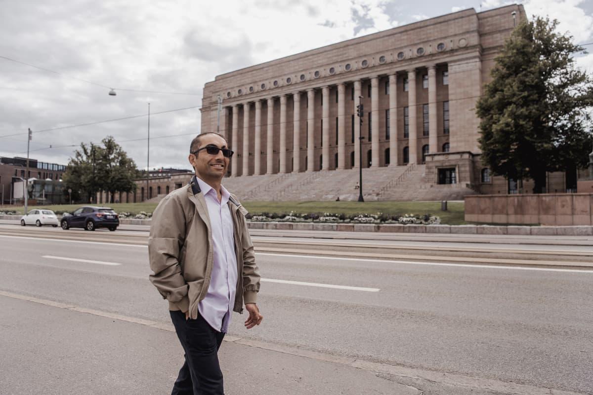 Vuoden pakolaismies 2020 Kordnejad Ebrahimi eduskuntatalon edessä.