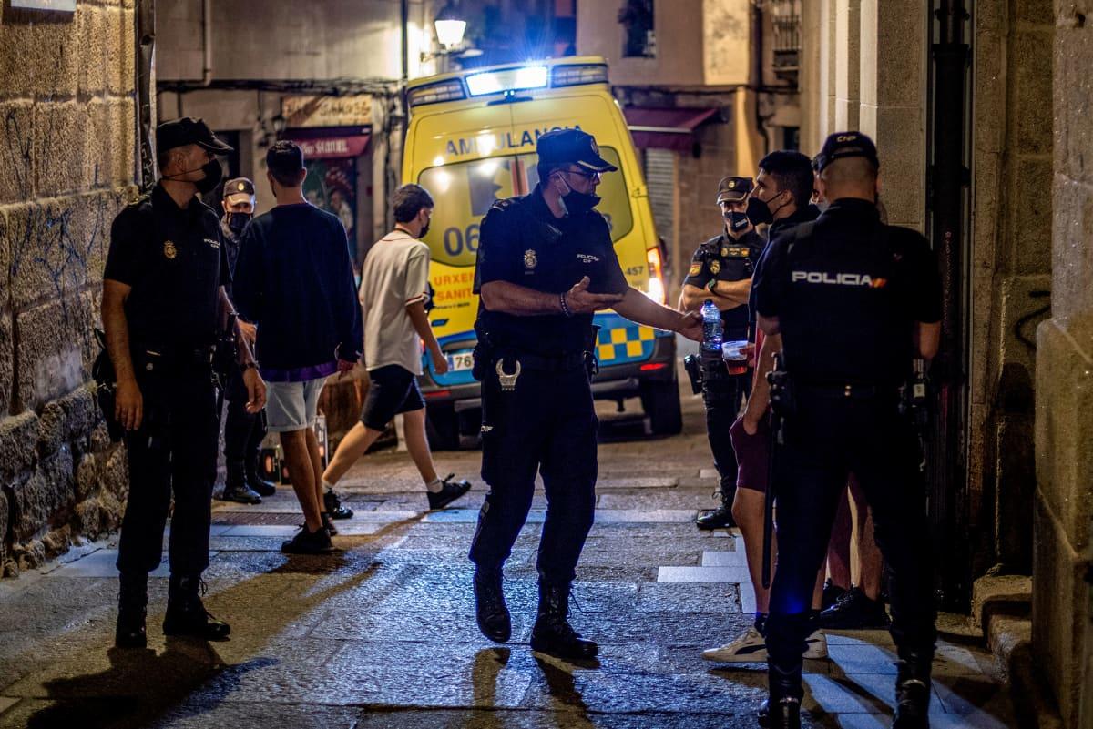 Poliisit valvovat rajoitusten noudattamista koronavirustaudin viidennen aallon hillitsemiseksi Galiciassa, Espanjassa.