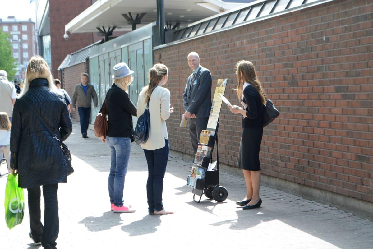 Jehovan todistajat kadull esittelytelineen kanssa