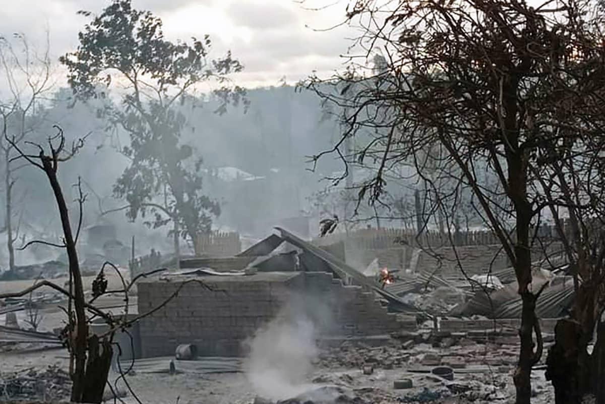 Palaneen kylän savuavat rauniot.