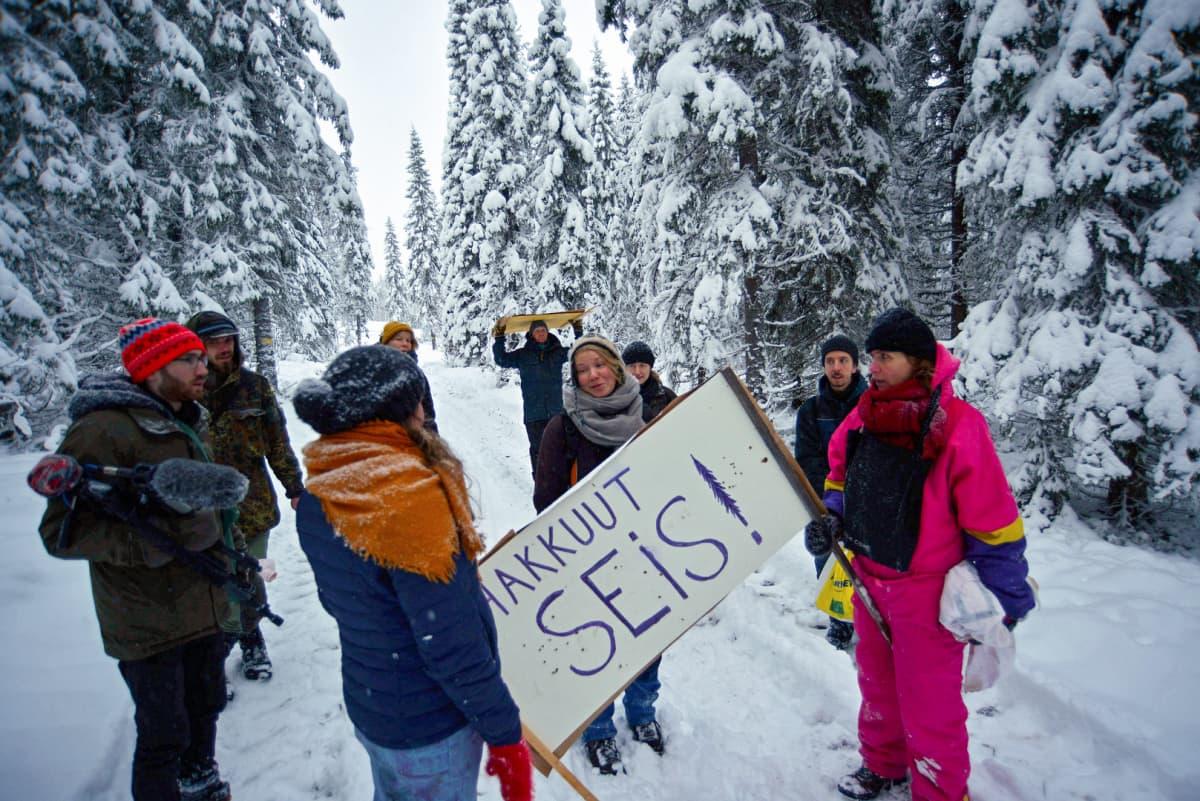 Mielenosoittajia Paljakan metsähakkuualueella Puolangalla Kainuussa.