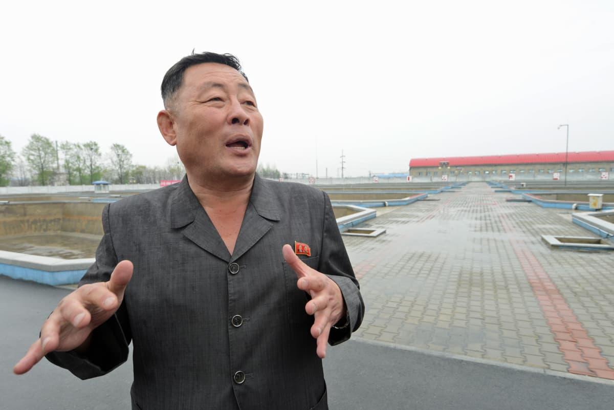 Kalanviljelylaitoksen johtaja Pak Yong Rok vastaa siitä, että pjongjangilaisten ruokapöytään riittää monneja.