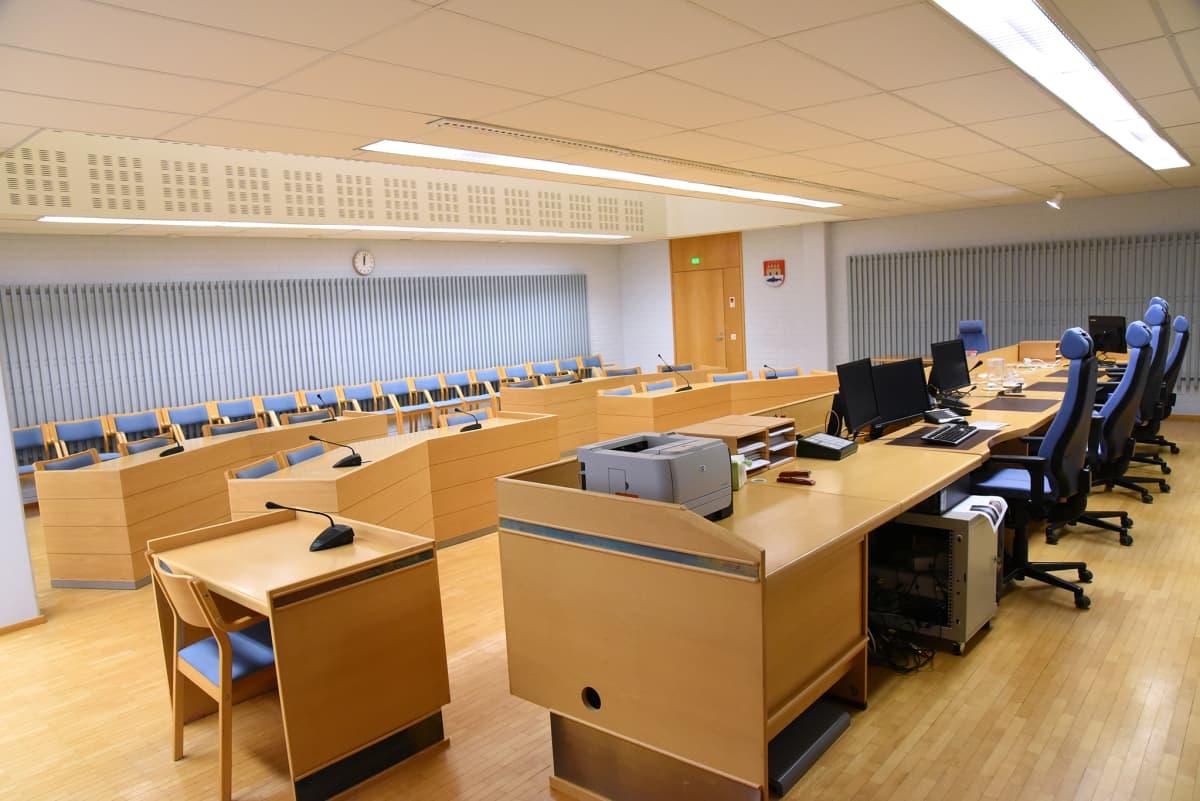 Oulun oikeustalon istuntosali ja tuomarien pöytä.