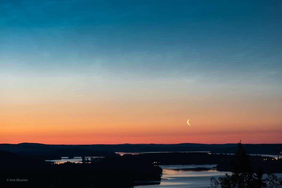 Arto Oksasen ottama kuva yöllä hohtavista pilvistä.
