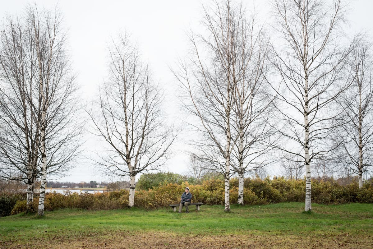 Seppo Kemppainen ei ymmärrä rajat kiinni - puheita. Kuva on otettu marraskuussa Tornion Tullipuistossa, takana näkyvät rakennukset ovat Haaparantaa.