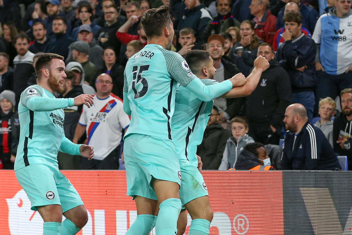 Brightonin pelaajat juhlivat maalia.