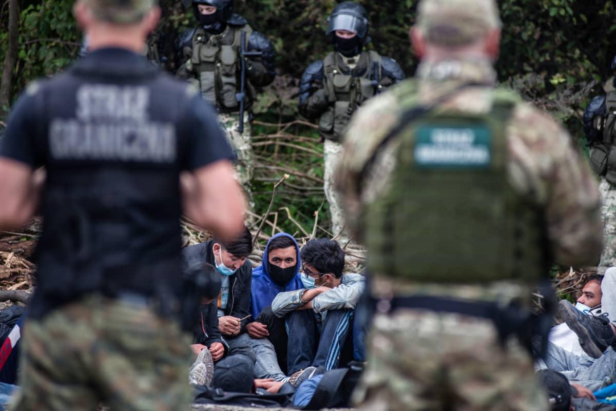Rajavartijoita Puolan ja Valko-Venäjän rajalla. Rajalinjalla afganistanilaisia pakolaisia.