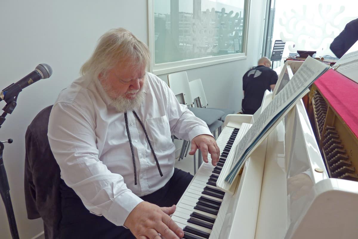 Leif Segerstam soittaa pianoa.