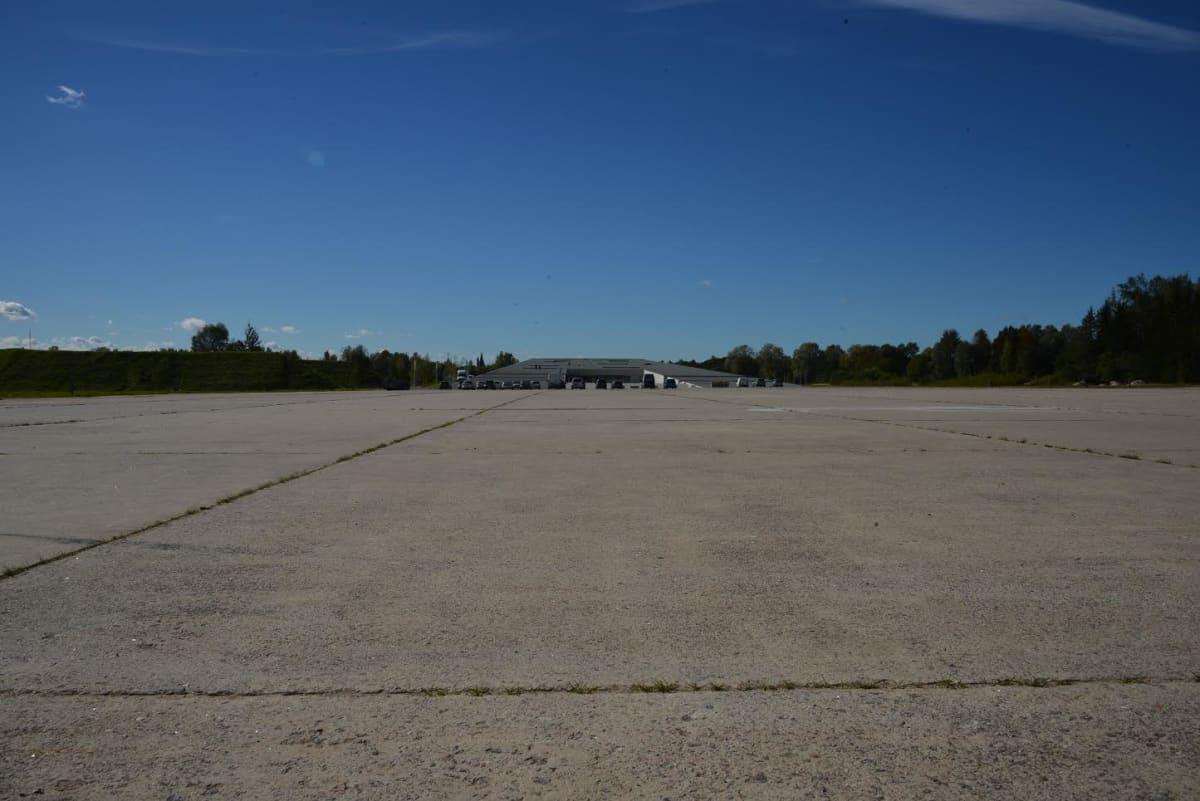 Museon muoto jäljittelee lentokoneen nousukiitoa. Matalin osa vanhan kiitotien päässä on vain 2,4 metriä korkea, pääovien luona rakennuskorkeus on 15,3 metriä.