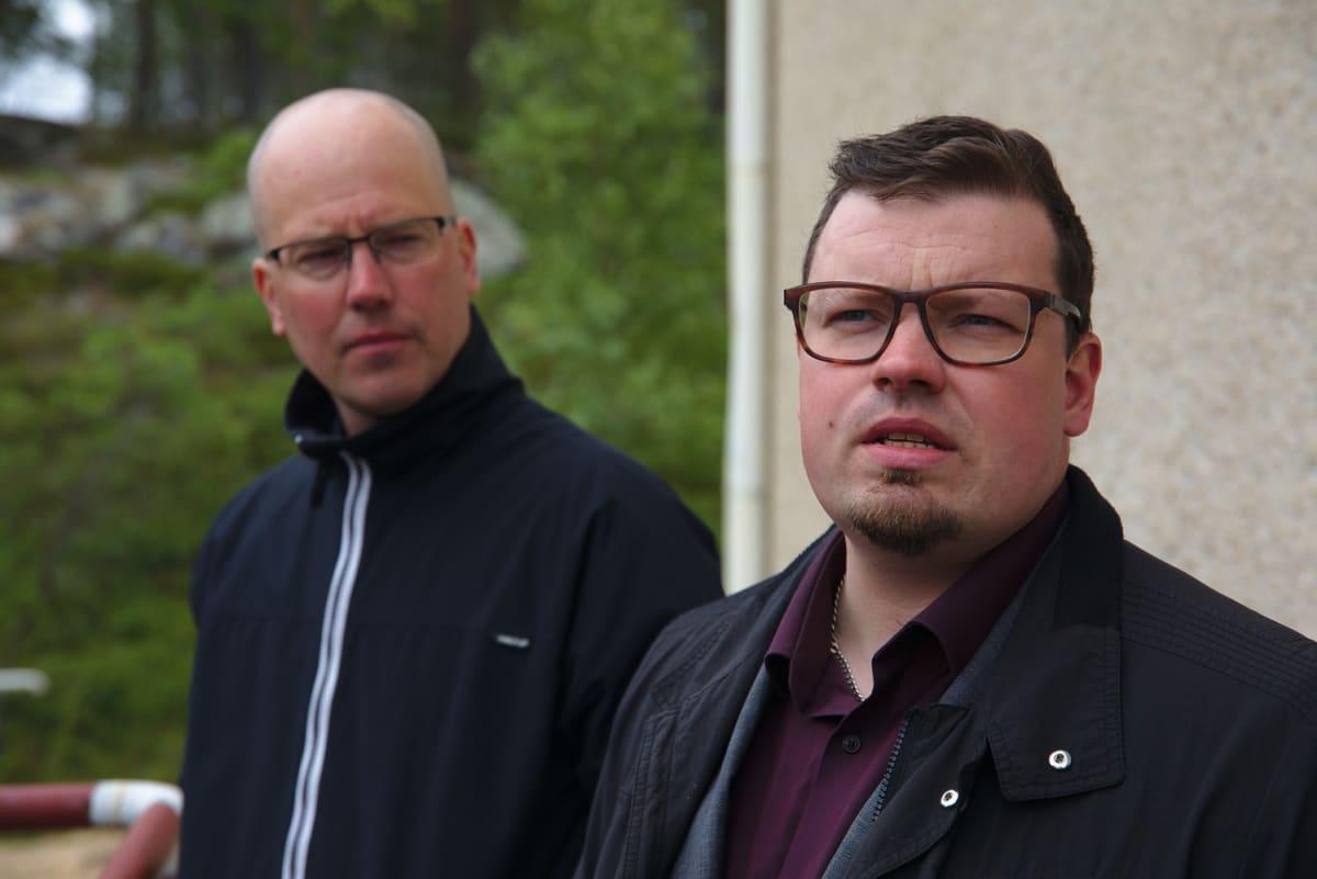 Inarin kunnanjohtaja Toni K. Laine (oikealla) sanoo, että Kirakakkönkään voimalan lopetusta harkitaan vakavasti. Kunnallisen energiayhtiön Inergia Oy:n toimitusjohtaja Timo Jokinen sanoo, että pienvoimalan lopetus voi olla taloudellisesti ja ympäristön kannalta järkevintä nykymaailmassa.