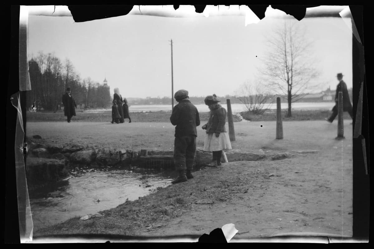 Tyttö ja poika Eläintarhanlahdella, 1902