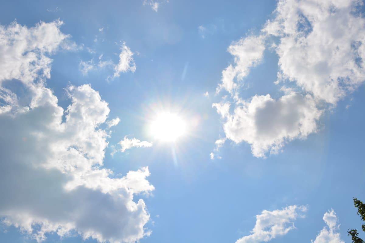 Moln och sol på himlen.